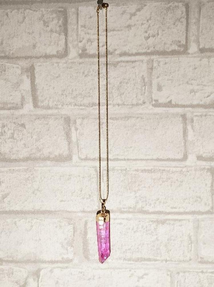 Gulddoppad kristall mörkrosa hänge + kedja
