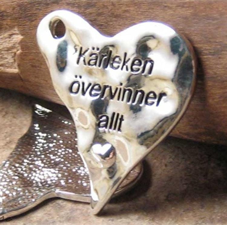 """Halsband """"Kärleken övervinner allt"""", med rem"""