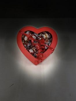 Hjärta fyllt med kärleksfulla chokladpraliner