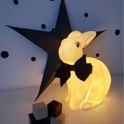 Klassisk vit kaninlampa i miljöbild