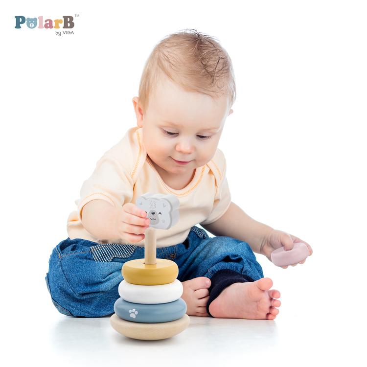 Ett barn som leker med stapelkloss torn från polar b, Viga.