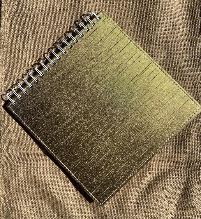 Anteckningsbok guldpärm