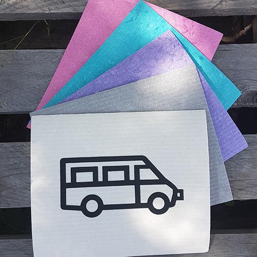 Mer eller mindre färgglada disktrasor med en husbil i svart tryck.