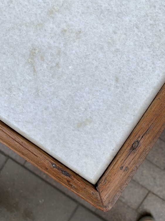 Sideboard i teak och marmor