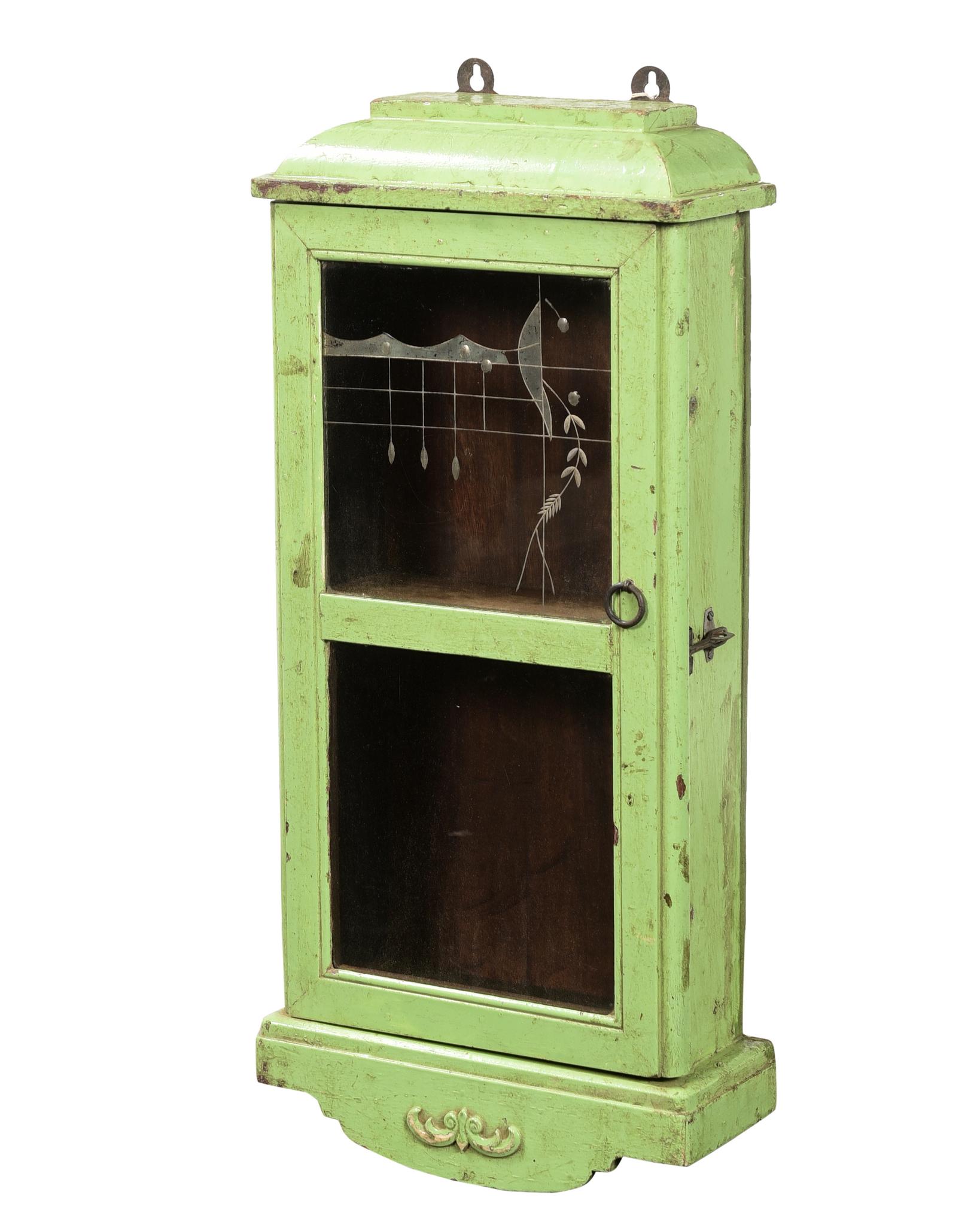 Väggskåp i grönt med slipat glas