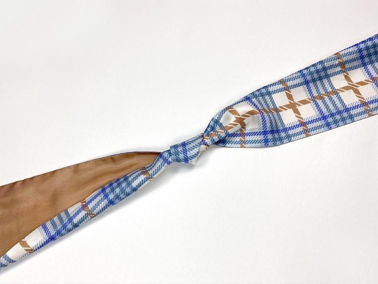 Helena Sand rutig denim blå knytscarf silkes scarf sikesscarf