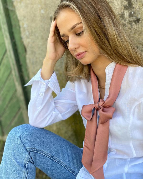 Soft Camo Denim Knytscarf - innovativ scarf i siden, denim blå camouflagemönster och rost-rosa baksida