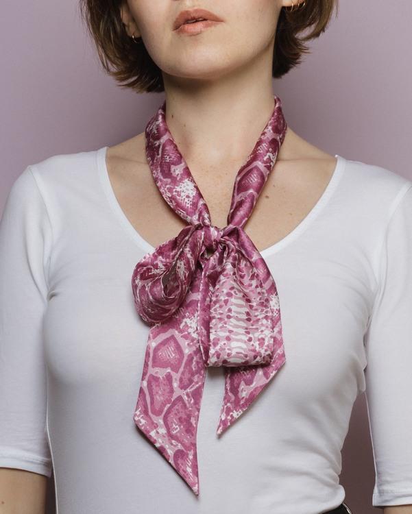 Violet pink - mönstrad ormskinn scarf i siden från HELENA SAND
