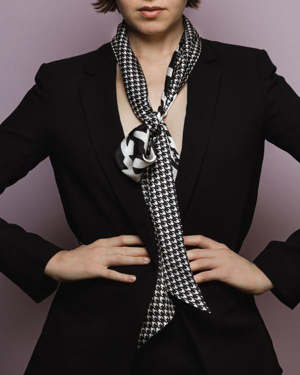 HELENA SAND Dogtooth knytscarf 100% silke Hundtand svart och vit