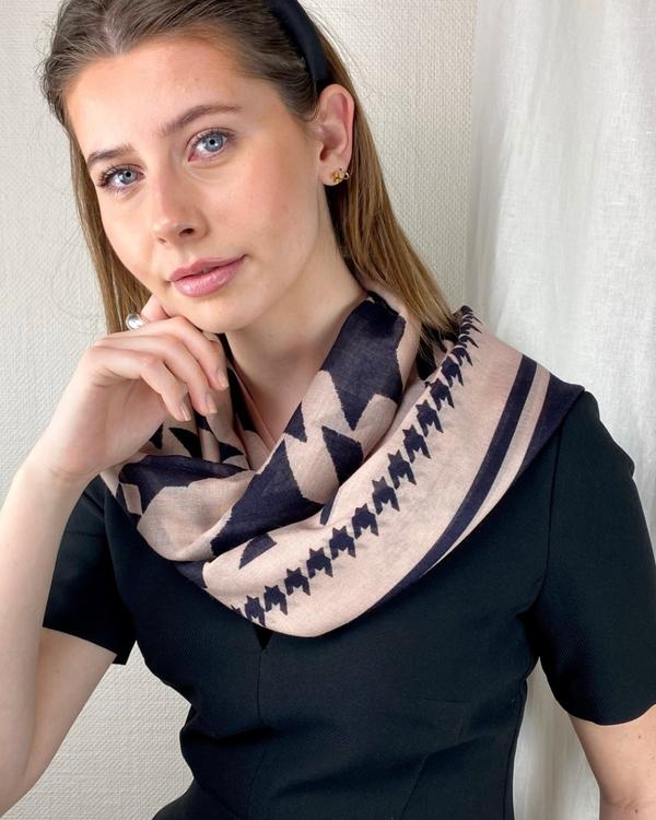 HELENA SAND Large & light soft wool scarf - mjuk och lätt ullsjal i coolt hundtandstryck