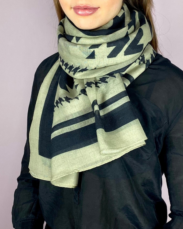 HELENA SAND Large & light soft wool scarf - mjuk och lätt ullsjal i coolt hundtandstryck - grön / svart