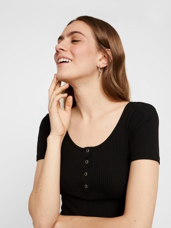 Ribbad T-shirt med knappdetalj