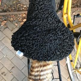 2 x Kör så det ryker. Cykelsadelskydd. Återbrukad päls.