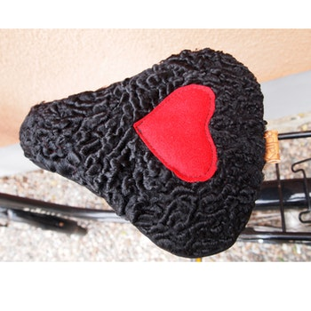 Hjärterum. Cykelsadelskydd. Återbrukad päls.