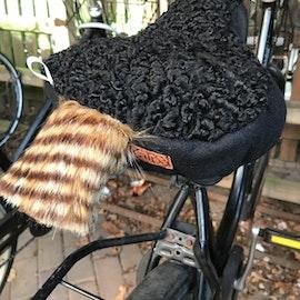 Kör så det ryker. Cykelsadelskydd. Återbrukad päls.