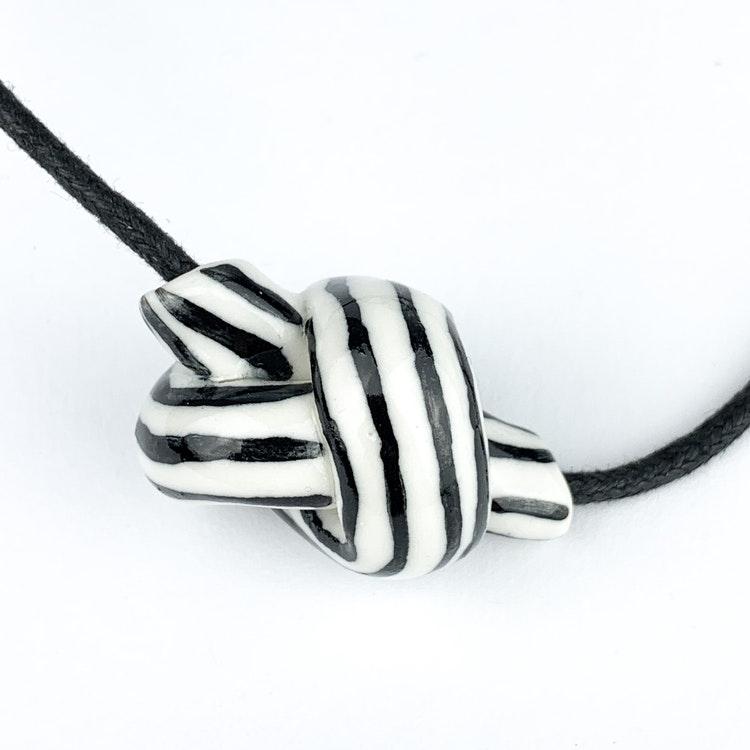 Halsband Knuten av Tove Tengå
