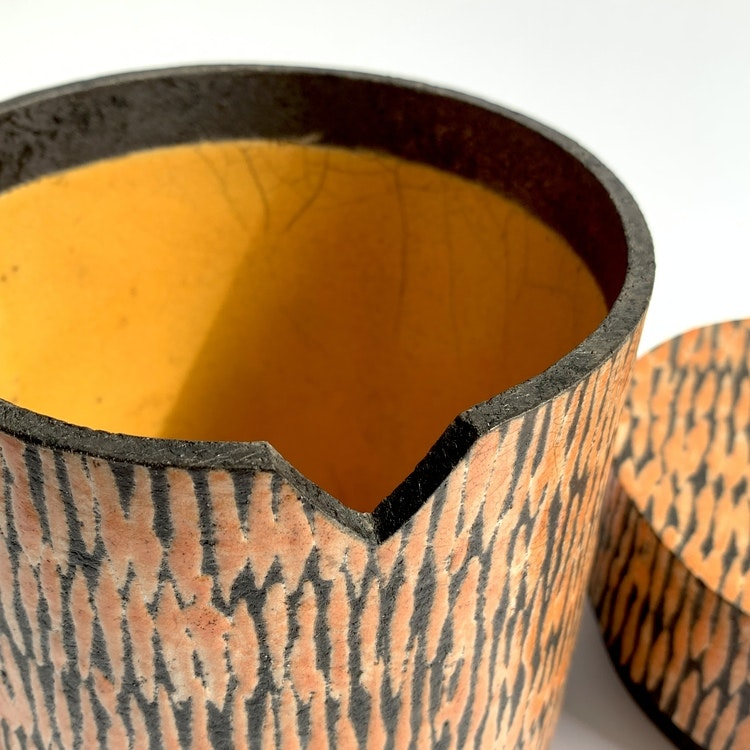 Rakubränd burk med lock av Lisbeth Forsberg