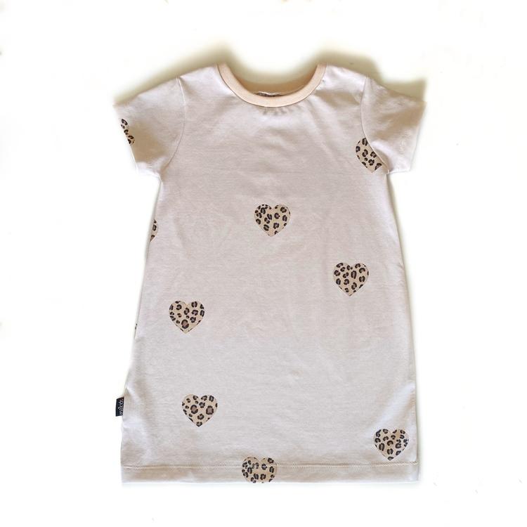 Lång t-shirtklänning - Leo hearts beige