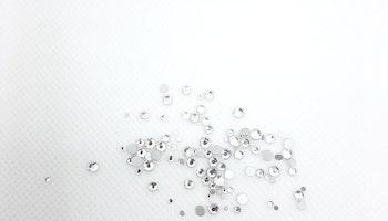 Klara stenar med silver botten mixade storlekar 100+ i påsen