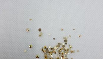 Gulfärgade stenar med guldbotten mixade storlekar 100+ i påsen