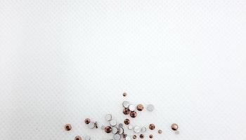 Kopparfärgade stenar med silver botten mixade storlekar 100+ i påsen