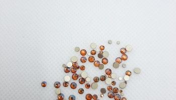 Bärnstensfärgade stenar med guldbotten mixade storlekar 100+ i påsen
