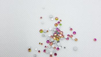 Flerfärgade stenar med silverbotten mixade storlekar  storlekar 1440 i förpackning