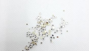 Klara stenar med guldbotten mixade storlekar 100+ i påsen