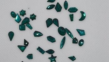 Stora Gröna stenar med silver botten mixade former ca 40 i påsen