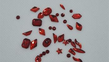 Stora Röda stenar med silver botten mixade former ca 40 i påsen