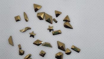 Stora guld stenar med silver botten mixade former 28 i påsen