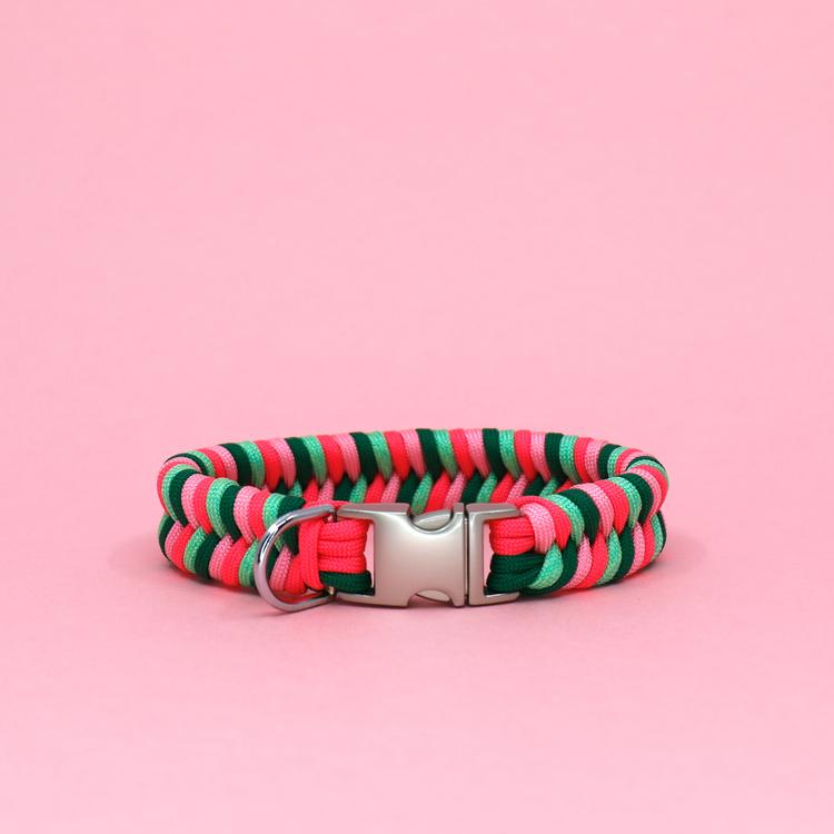 Rosa, grönt och mintgrönt hundhalsband knutet för hand i paracord – en väldigt slitstark nylonlina.