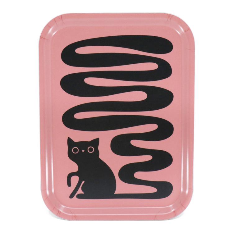 Rektangulär rosa bricka med en svart katt som har en väldigt lång svängig svans. En svanskatt.