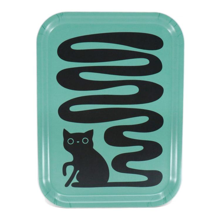 Rektangulär turkos bricka med en svart katt som har en väldigt lång svängig svans. En svanskatt.