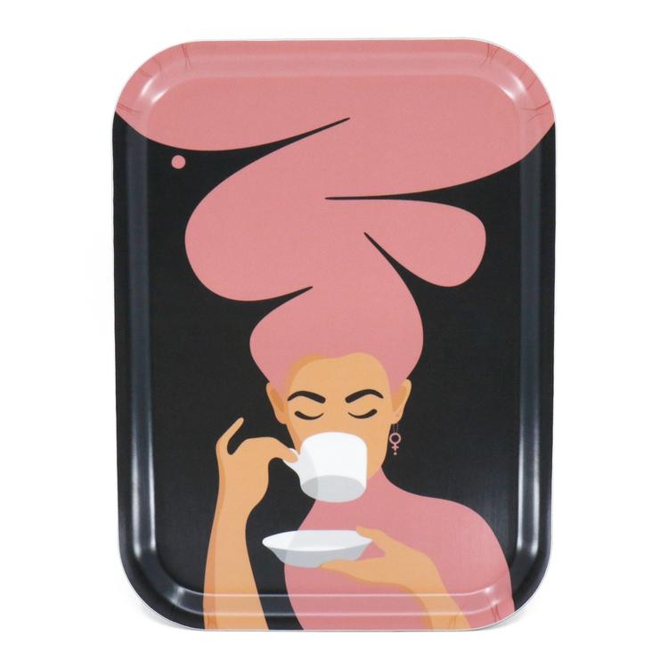 Rektangulär bricka med motivet Kaffekvinna i rosa. Kaffekvinnan har stort böljande hår, bär ett feministörhänge och njuter av en kopp kaffe.