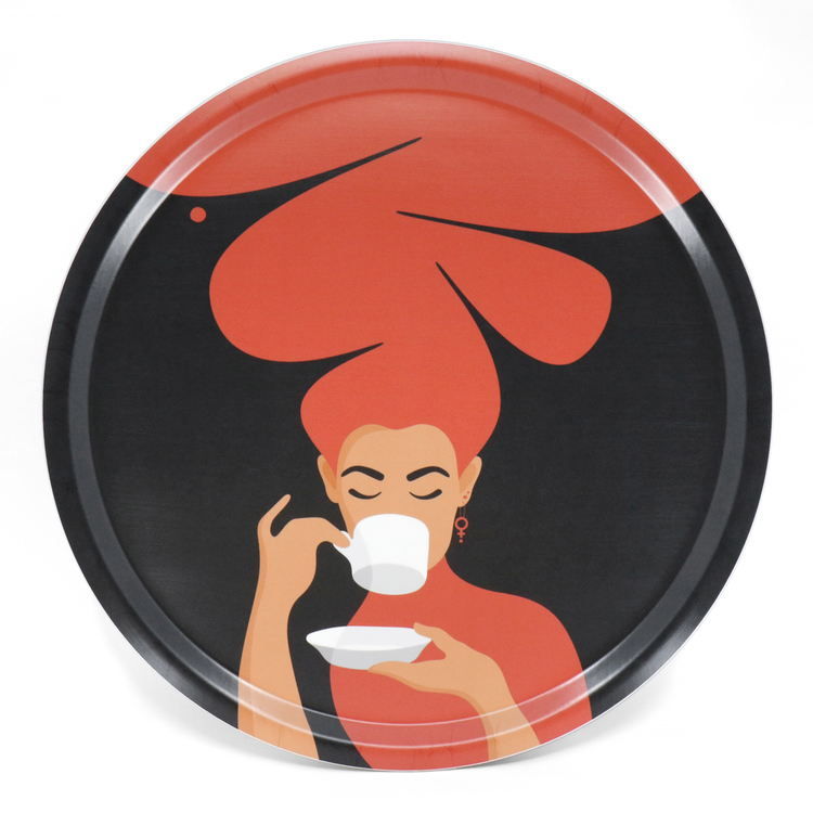 Rund bricka med motivet Kaffekvinna i rött. Kaffekvinnan har stort böljande hår, bär ett feministörhänge och njuter av en kopp kaffe.