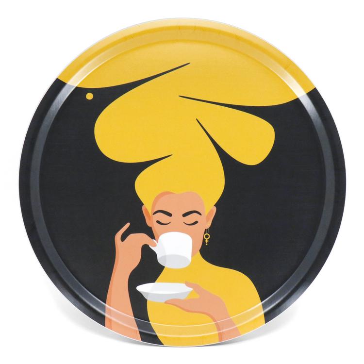 Rund bricka med motivet Kaffekvinna i gult. Kaffekvinnan har stort böljande hår, bär ett feministörhänge och njuter av en kopp kaffe.