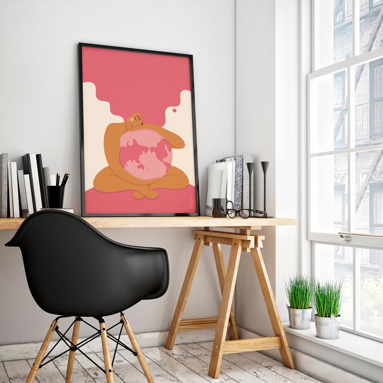 Poster med den rosa Moder Jord inramad på ett skrivbord. Format 50x70 cm.