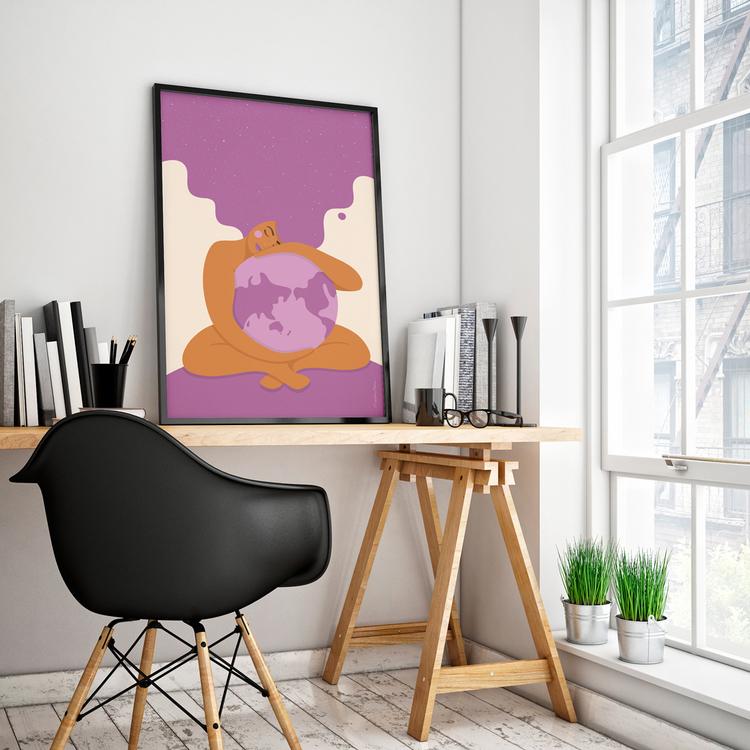 Poster med den lila Moder Jord inramad på ett skrivbord. Format 50x70 cm.