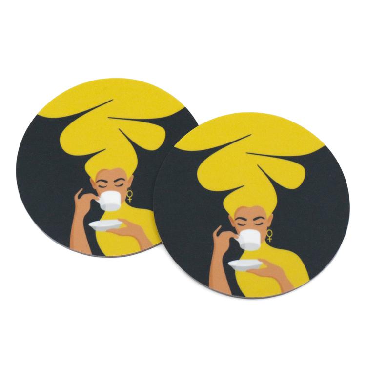 Två coasters / glasunderlägg med motivet Kaffekvinna av Marlene Boke. Här i gult, men finns i fler färger.