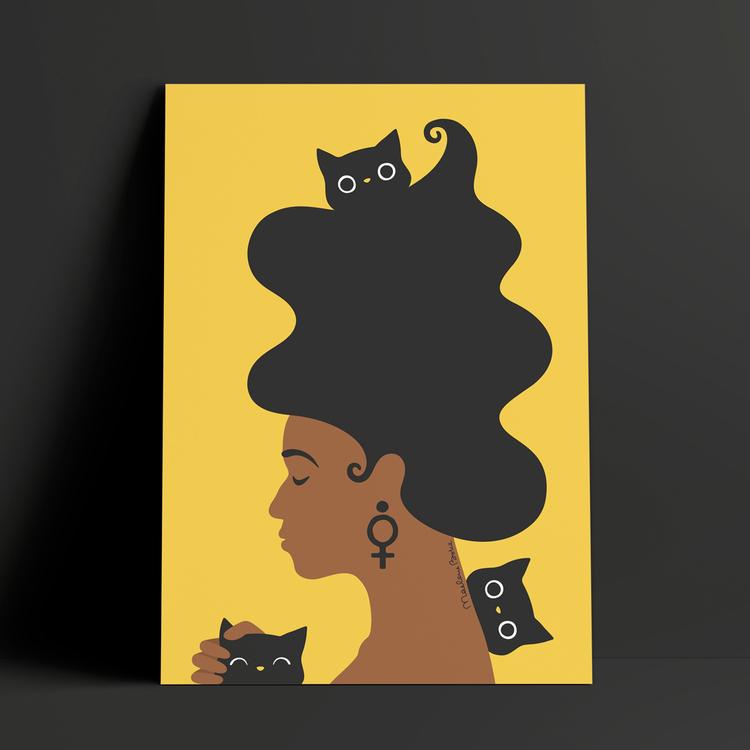 Fine Art print med motivet Kattkvinnan – en kvinna med stort böljande hår som blundar och klappar en katt. Hon har också en katt i håret och en som busigt kikar fram bakom hennes rygg.