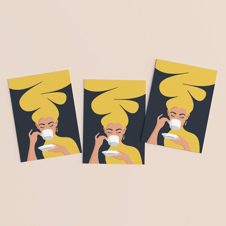 Vykort i 3-pack. Motiv: Kaffekvinnan. Färg: gul.