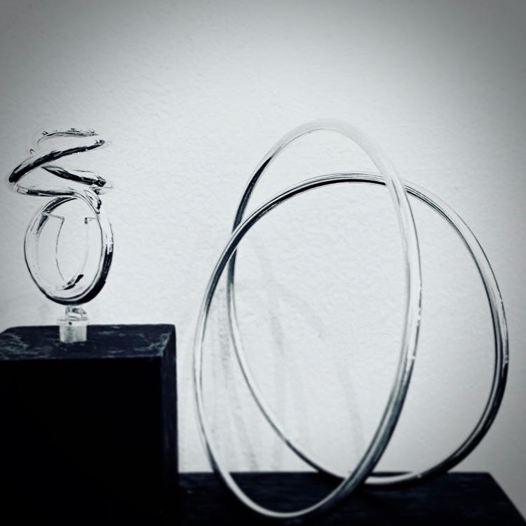 Silverarmband Loop. Hos ETENA jewellery & design hittar du spännande armband.