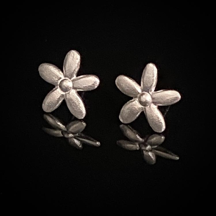 ETENA Flower collection örhängen i silver.