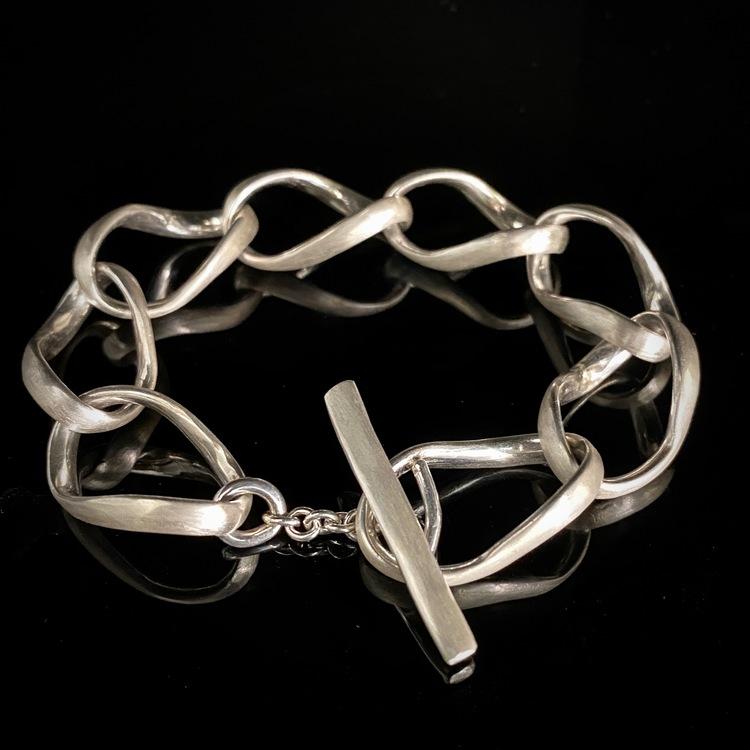ETENA Twist exklusivt armband i silver, lätt matterad yta.
