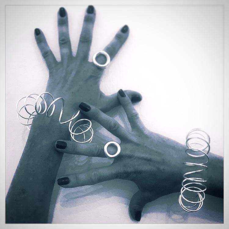 """""""Ring Ring"""" av silver och  armband """"One"""" av Etena Jewelley & design."""
