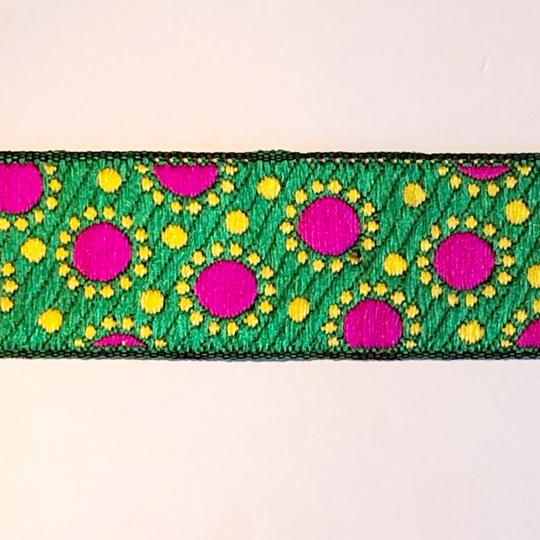 Dekorband grönt med cerise prickar