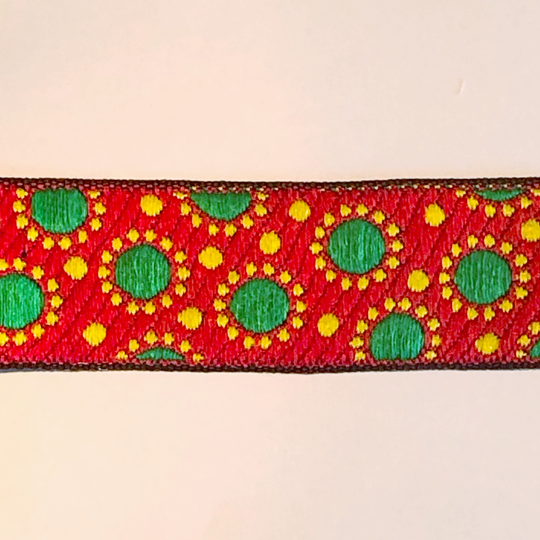 Dekorband rött med gröna prickar