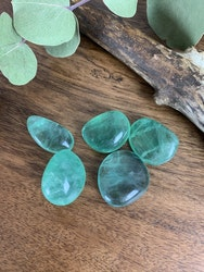 Fluorit grön, trumlade stenar