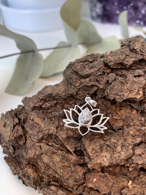 Lotushänge i sterling silver och dendrisk opal